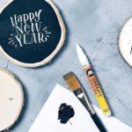 #letterattackinspiration für Silvester – Lettering auf Holzscheiben